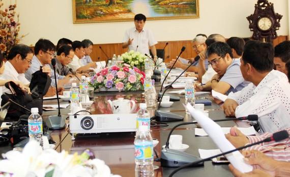 Cuộc họp giữa các bên để thống nhất khắc phục 4 tàu vỏ thép do Công ty Đại Nguyên Dương đóng.  Ảnh: NGỌC OAI