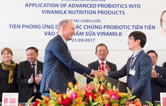 Ông Phan Minh Tiên, Giám đốc điều hành marketing Vinamilk và ông Lasse Nagell, Phó Chủ tịch cấp cao Tập đoàn Chr.Hansen trao thỏa thuận hợp tác tại buổi lễ ký kết.