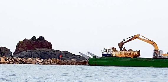 Máy móc thi công việc lấp biển Hòn Rùa