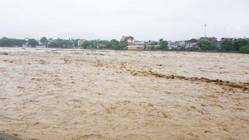 Nước lũ khủng khiếp đổ về trong ngày 11-10 khiến tỉnh Yên Bái phải di dời dân ở thị xã Nghĩa Lộ
