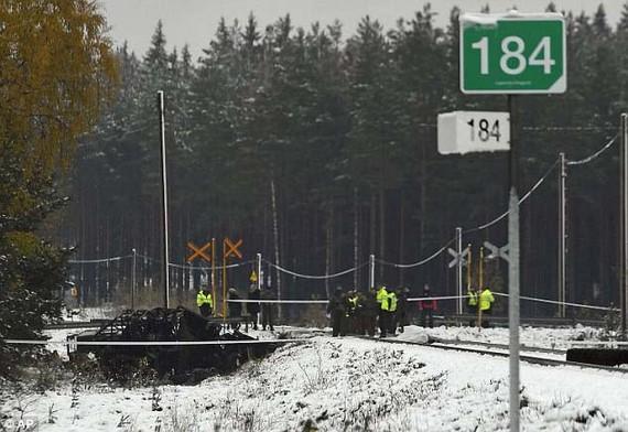 Các lực lượng cứu hộ, quân đội và cảnh sát tại hiện trường tại nạn ở TP Raasepori, Nam Phần Lan, ngày 26-7-2017. Ảnh: AP