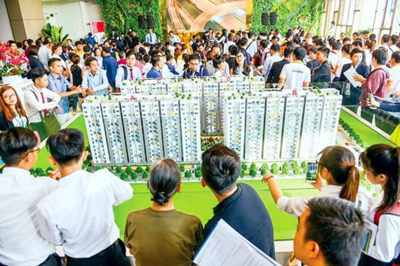 Him Lam Phú An thu hút đông đảo khách hàng ngay từ ngày đầu mở bán
