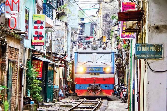 Hạ tầng đường sắt lạc hậu, máy móc có tuổi thọ quá cao, đã vậy còn chen vào các khu dân cư nên tai nạn đường sắt luôn rình rập.
