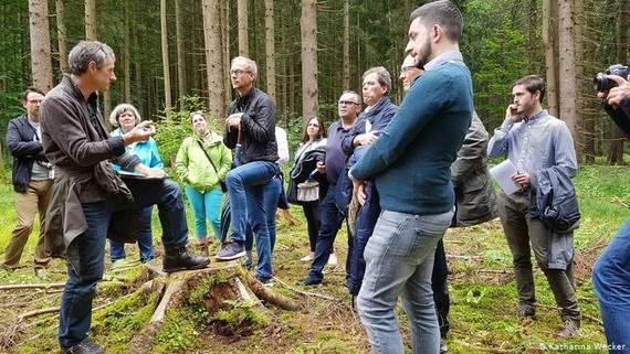 Nhà triết học kinh tế Friedrich Glauner và chuyên gia về rừng Rainer Kant và các học viên.
