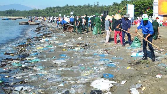 Rác thải nhựa trên biển ngày càng gia tăng, gây hại cho môi trường biển. Ảnh: MH