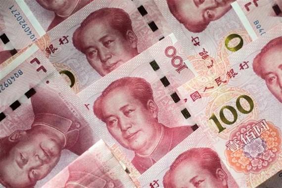 Đồng tiền mệnh giá 100 nhân dân tệ tại Bắc Kinh, Trung Quốc. (Nguồn: AFP/TTXVN)