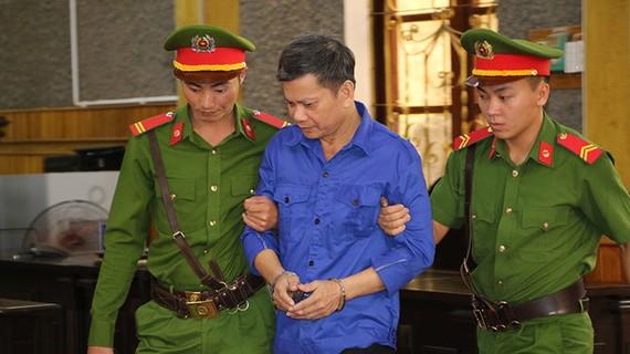 Bị cáo Lò Huynh bị dẫn giải vào tòa