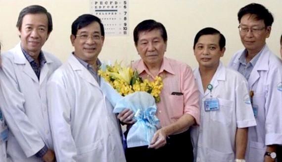 Bác sĩ Nguyễn Thanh Phong (thứ 2 từ phải sang) cùng bệnh nhân nhiễm Covid-19 xuất viện.