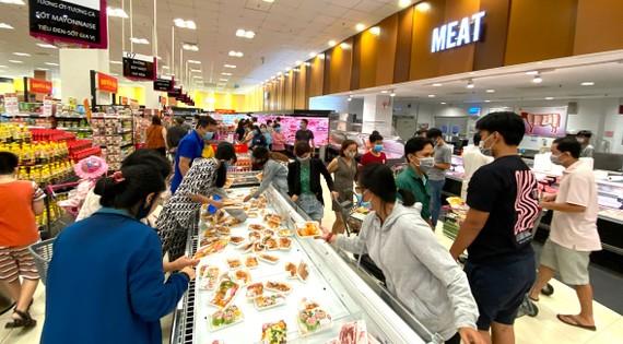 Mua sắm tại siêu thị ở quận Tân Phú. Ảnh: CAO THĂNG