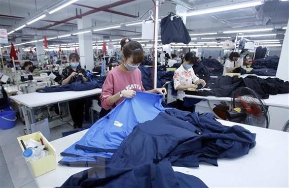 Sản xuất sản phẩm may mặc tại Công ty cổ phần may và dịch vụ Hưng Long (huyện Mỹ Hào, Hưng Yên). (Nguồn: TTXVN)