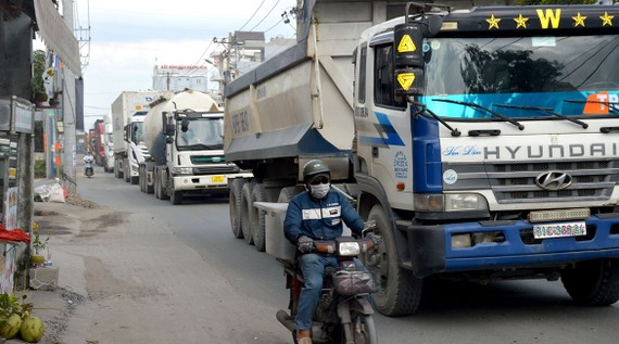 Người đi đường đối mặt hiểm nguy khi xe tải, container lưu thông  ken dày trên đường Nguyễn Duy Trinh.