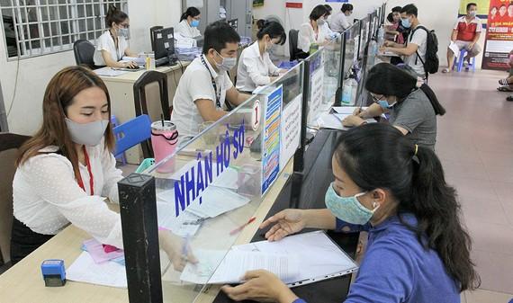 Mỗi ngày Chi nhánh BHTN Tân Bình tiếp nhận và trả hồ sơ trợ cấp thất nghiệp cho khoảng 700 lao động. Ảnh: HOÀNG HÙNG