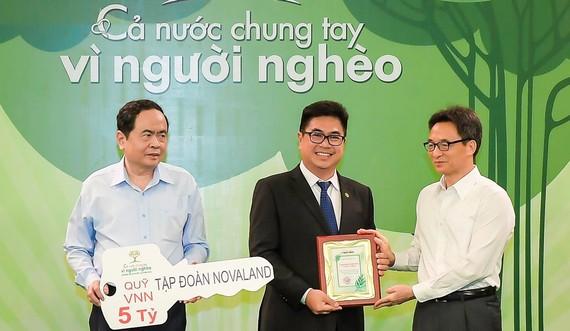 Phó Thủ tướng Vũ Đức Đam và Chủ tịch Ủy ban Trung ương Mặt trận Tổ quốc Việt Nam Trần Thanh Mẫn tiếp nhận ủng hộ từ Tập đoàn Novaland.