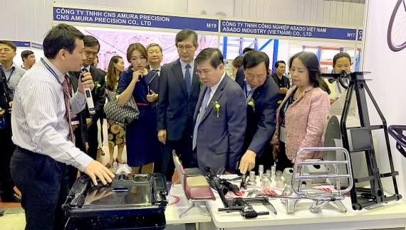 Chủ tịch UBND TPHCM Nguyễn Thành Phong tìm hiểu khả năng kết nối sản phẩm công nghiệp hỗ trợ tại Hội chợ công nghiệp hỗ trợ Việt Nam cuối năm 2019.