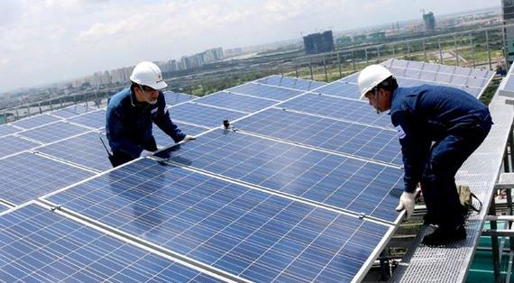 Lắp đặt điện mặt trời áp mái.