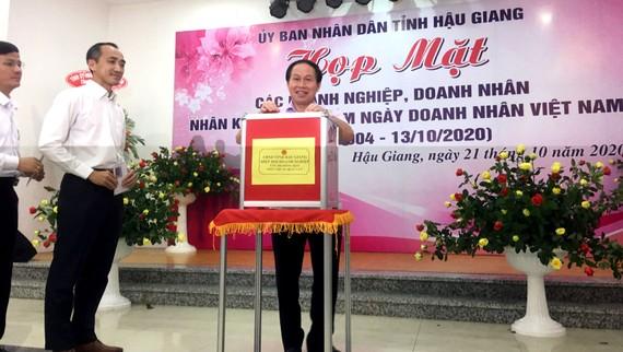 Lãnh đạo tỉnh Hậu GIang cùng doanh nghiệp đóng góp ủng hộ đồng bào miền Trung.