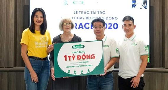 Ông Võ Hoàng Anh - Giám đốc tiếp thị cấp cao NutiMilk trao tặng 1 tỷ đồng cho đại diện hai tổ chức xã hội là Newborns Việt Nam và Operation Smile.