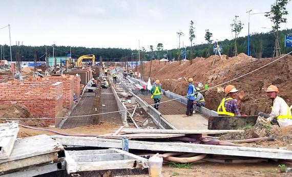 Thi công dự án Khu dân cư Bình Sơn, huyện Long Thành  Ảnh: VĂN PHONG