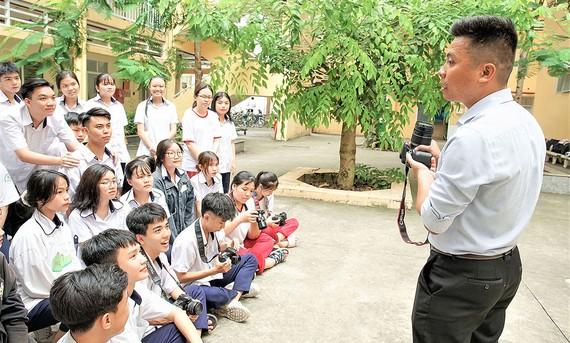 Học sinh lớp 10 Trung tâm GDTX Chu Văn An (quận 5) trong giờ học chuyên ngành Nhiếp ảnh.