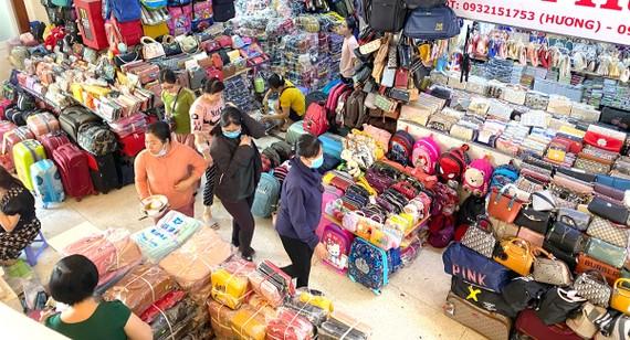Hoạt động bán buôn, bán lẻ ở chợ Bình Tây (TPHCM). Ảnh: CAO THĂNG