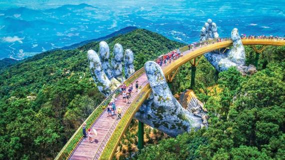 Cầu vàng Sun World trên đỉnh Ba Na Hills, tiếp tục được WTA bình chọn là cây cầu vàng hàng đầu châu Á năm 2020.