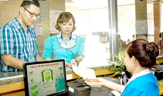Người dân đăng ký khám chữa bệnh BHYT tại Bệnh viện Đại học Y Dược TPHCM