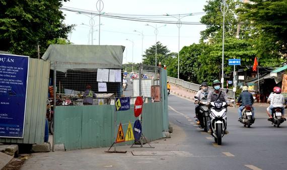 Lô cốt lấn gần hết  đường Phạm Thế Hiển  (quận 8, TPHCM).