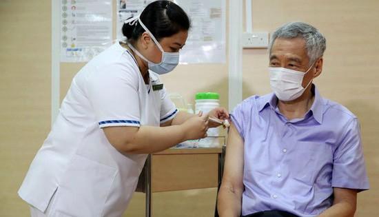 Thủ tướng Lý Hiển Long ngày 8-1-2021 trở thành thành viên đầu tiên của nội các Singapore tiêm vaccine ngừa Covid-19 - Ảnh: MINISTRY OF COMMUNICATIONS AND INFORMATION
