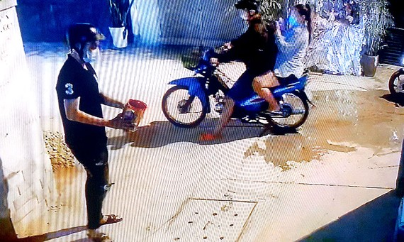 Hình ảnh nhóm đối tượng tạt sơn vào nhà cụ bà gần 90 tuổi ở quận Tân Bình được camera  an ninh ghi lại