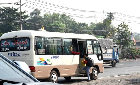 Xe dù đón khách đoạn đối diện cổng Trường Đại học Nông Lâm TPHCM  Ảnh: Đình Lý