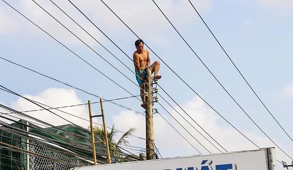 Một người bị ngáo đá tự leo lên cột điện.