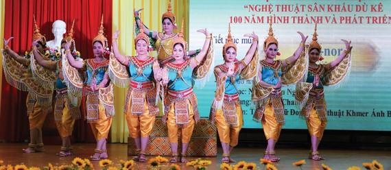 Biểu diễn nghệ thuật sân khấu dù kê ở Trường Đại học Trà Vinh.