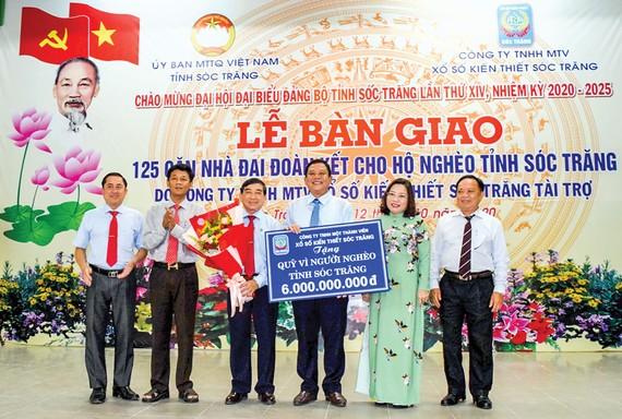 Ủy ban MTTQ Việt Nam tỉnh Sóc Trăng tiếp nhận 6 tỷ đồng vào Quỹ Vì người nghèo từ Công ty TNHH MTV Xổ số kiến thiết Sóc Trăng.