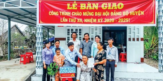 Huyện Vĩnh Thuận quan tâm hỗ trợ nhà ở cho gia đình chính sách, hộ khó khăn từng công tác ở ấp… nhằm góp phần phát triển nông thôn khang trang.