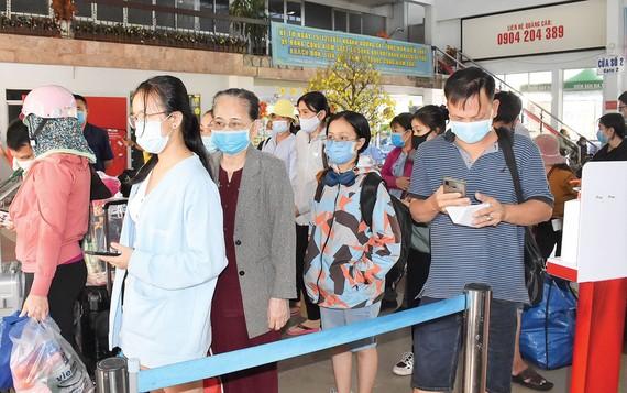 Rất đông hành khách xếp hàng chờ làm thủ tục lên tàu tại ga Sài Gòn sáng 3-2. Ảnh: ĐÌNH LÝ