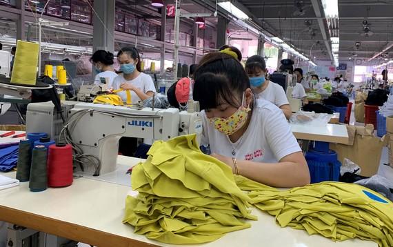 Công nhân Công ty Nón Sơn sẵn sàng bắt tay vào làm việc trong ngày đầu năm mới