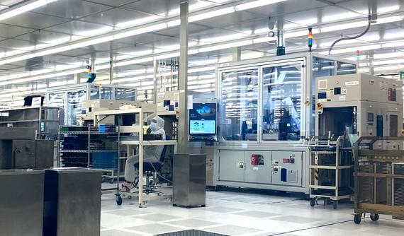 Một góc phòng sạch trong khu sản xuất của nhà máy Intel Products Vietnam tại SHTP  Ảnh: T.Ba