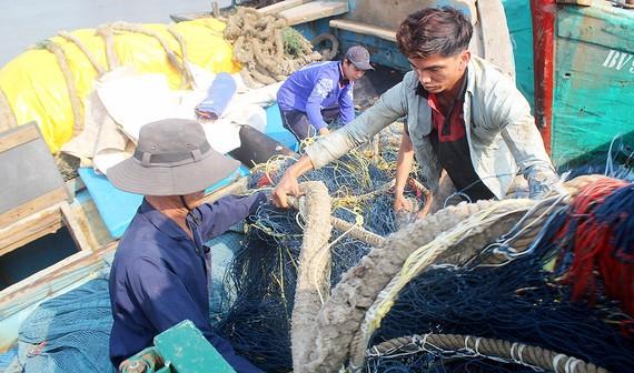 Ngư dân Bà Rịa - Vũng Tàu vận chuyển lưới lên tàu chuẩn bị cho chuyến mở biển đầu năm