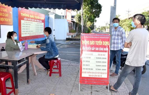 Người lao động nộp hồ sơ xin việc, phỏng vấn tại Công ty TNHH Puku Việt Nam, Khu công nghiệp Đồng An, tỉnh Bình Dương  Ảnh: Đình Lý