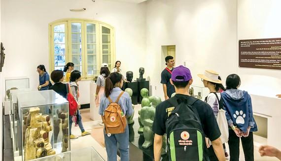 Học sinh tham quan và học ngoại khóa tại Không gian trưng bày nghệ thuật Điềm Phùng Thị.