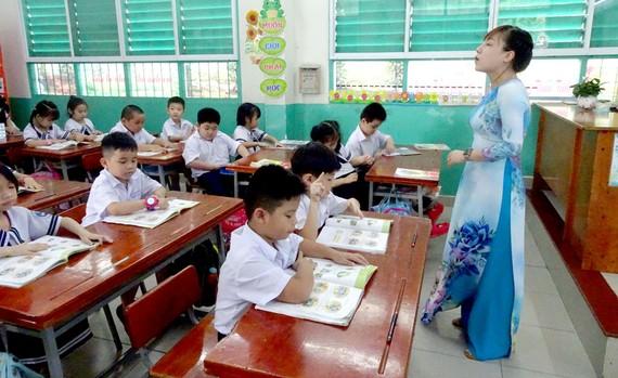 Học sinh lớp 1, Trường Tiểu học Đống Đa (quận Tân Bình) học môn tiếng Việt theo chương trình GDPT 2018