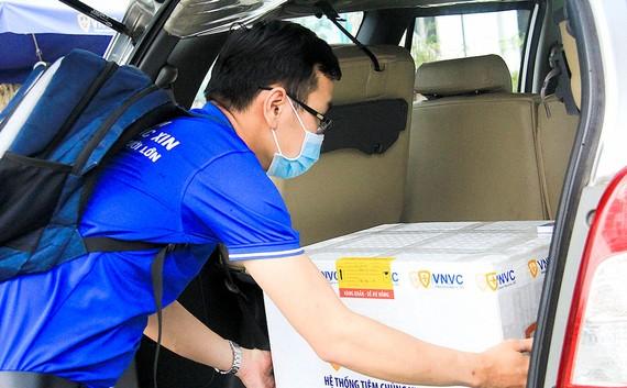 Vận chuyển vaccine Covid-19  đến Trung tâm Kiểm soát bệnh tật TP Đà Nẵng Ảnh: XUÂN QUỲNH