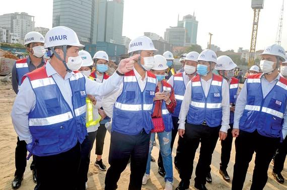 Chủ tịch UBND TPHCM Nguyễn Thành Phong thị sát ga ngầm Ba Son Ảnh: CAO THĂNG