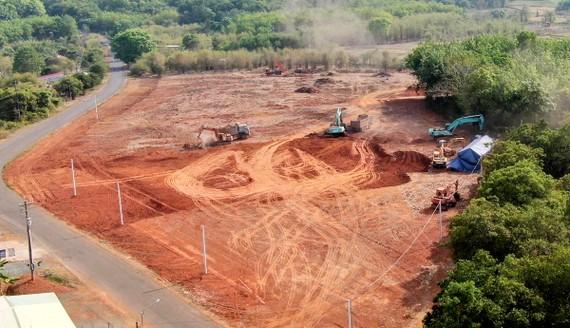 Một khu đất trên trục đường chính liên xã An Khương-Tân Lợi đang được giới 'cò' san ủi để phân lô bán nền.