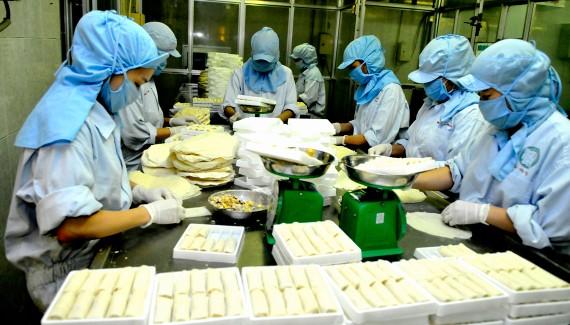 Chế biến chả giò tại Công ty Sagrifood Ảnh: CAO THĂNG
