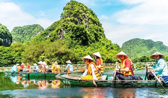 Du khách TPHCM tham quan quần thể danh thắng Tràng An (Ninh Bình)