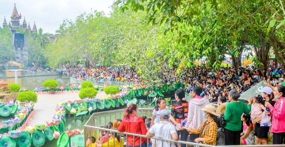 Đông đảo du khách tham quan Suối Tiên vào ngày 21-4 Ảnh: NGỌC ÁNH