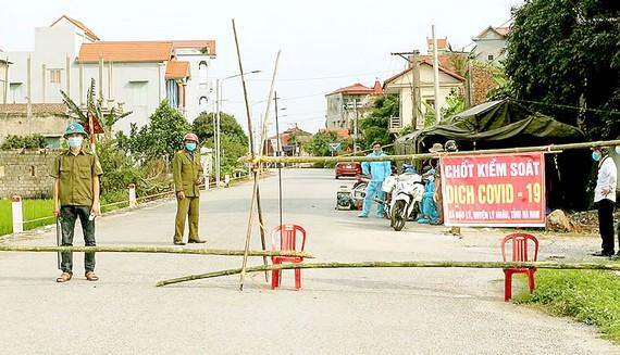 Lực lượng chức năng huyện Lý Nhân lập chốt kiểm soát  ra vào thôn Quan Nhân, xã Đạo Lý