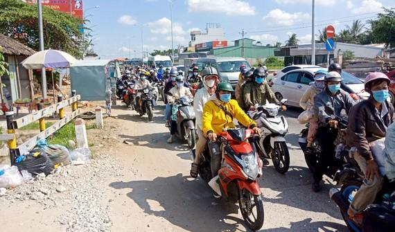 Kẹt xe ở khu vực Trạm BOT cầu Rạch Miễu (Bến Tre)