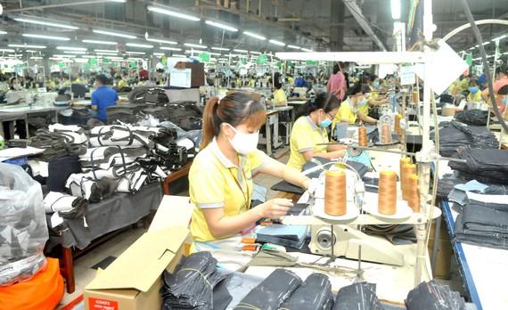 May xuất khẩu tại Tổng Công ty Phong Phú, TP Thủ Đức Ảnh: CAO THĂNG